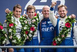 Подиум LMP2: победители Густаво Менесес, Николя Ляпьер и Стефан Ришельми, #36 Signatech Alpine A460