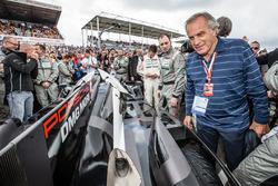 Motorsport.com's technical illustrator Giorgio Piola check out the pole winning #2 Porsche Team Pors