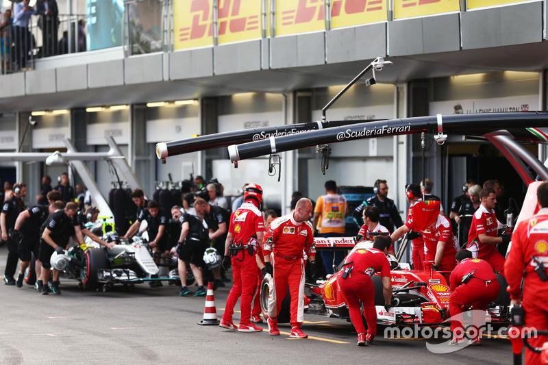 Sebastian Vettel, Ferrari SF16-H y Nico Rosberg, Mercedes AMG F1 W07 Hybrid en pits