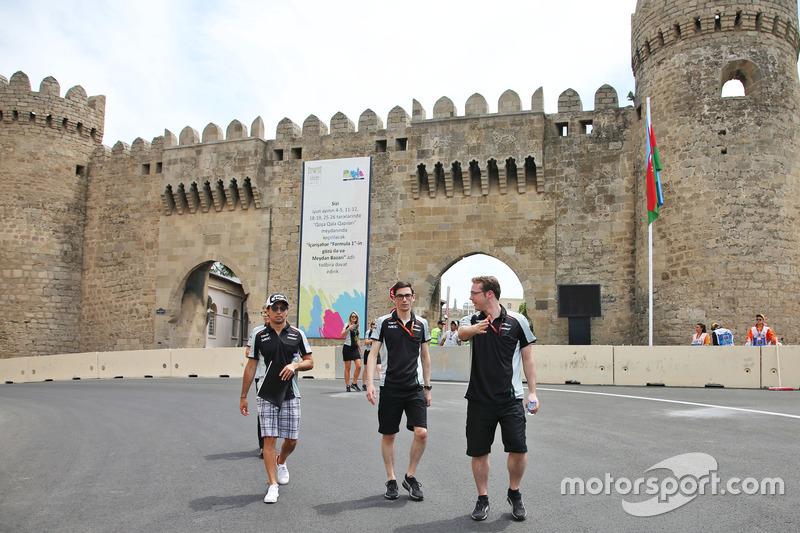 Sergio Pérez, Sahara Force India F1 camina en el circuito