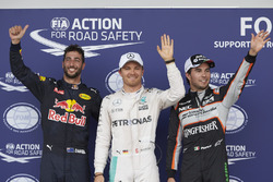 Parc fermé : Daniel Ricciardo, Red Bull Racing RB12, troisième; Nico Rosberg, Mercedes AMG F1, pole position; Sergio Perez, Sahara Force India F1, second