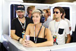 Hanne Troonbeeckx en el garaje de Red Bull Racing