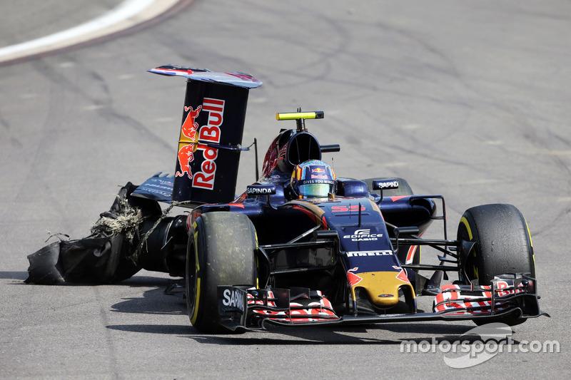 Carlos Sainz Jr., Scuderia Toro Rosso STR11 con una foratura e l'ala posteriore danneggiata