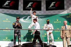 المنصة: المركز الثاني دانيال ريكاردو، ريد بُل، الفائز بالسباق نيكو روزبرغ، مرسيدس، المركز الثالث لوي