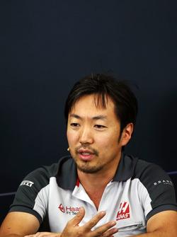 Ayao Komatsu, Haas F1 Team carrera Ingeniero en la Conferencia de prensa FIA