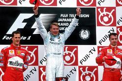 Podium: 1. und Weltmeister Mika Häkkinen, McLaren Mercedes, 2. Michael Schumacher, Ferrari, 3. Eddie