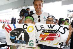 Nico Rosberg, Mercedes AMG F1 met kleine fans