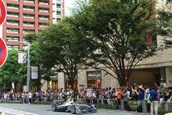 Sakon Yamamoto alla guida della Spark-Renault SRT_01E per le strade di Tokyo