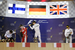 Podium : le vainqueur Nico Rosberg, Mercedes AMG F1 Team, le 2e Kimi Räikkönen, Ferrari, le 3e Lewis Hamilton, Mercedes AMG F1 Team, et Aldo Costa, directeur de l'ingénierie de Mercedes AMG F1