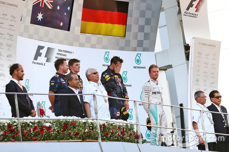 El podio: Max Verstappen, Red Bull Racing, segundo; Daniel Ricciardo, Red Bull Racing, ganador de la carrera; Nico Rosberg, de Mercedes AMG F1, tercera