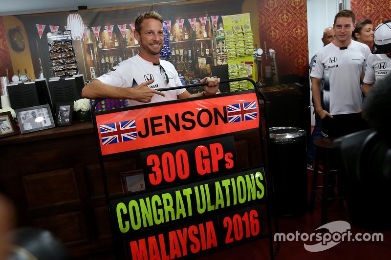 إحتفالات جنسن باتون، مكلارين هوندا بسباقه ال300 فى الفورمولا1 مع ستوفيل فاندورن، سائق الإختبارات بمكلارين هوندا
