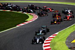 Nico Rosberg, Mercedes AMG F1 W07 Hybrid devant Lewis Hamilton, Mercedes AMG F1 W07 Hybrid, Daniel Ricciardo, Red Bull Racing et le reste du peloton au départ