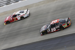 Justin Allgaier, JR Motorsports Chevrolet, und Erik Jones, Joe Gibbs Racing Toyota