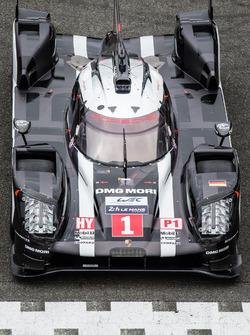 La sesión de fotos tradicional de los autos de Le Mans: #1 Porsche Team Porsche 919 Hybrid