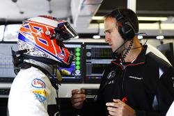 Jenson Button, McLaren, et Tom Stallard, ingénieur de course McLaren