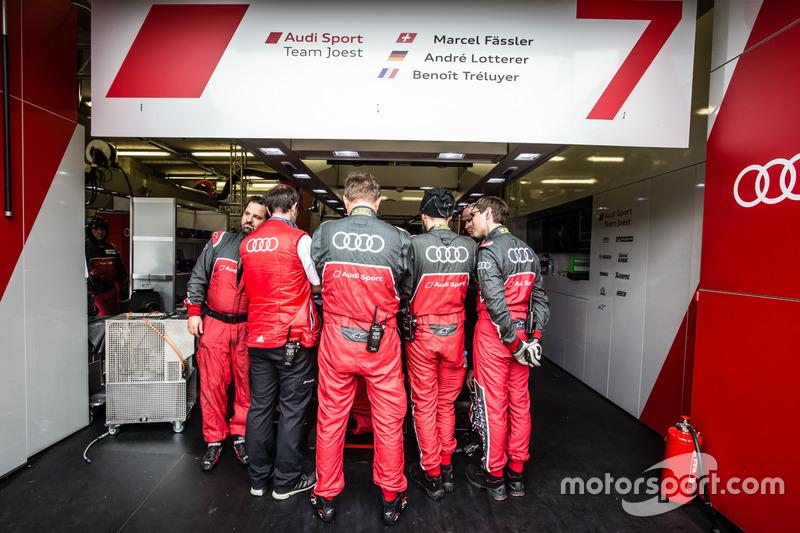 Des mécaniciens Audi empêchent de voir le travail effectué sur la #7 Audi Sport Team Joest Audi R18