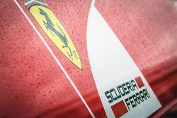 Des gouttes de pluie sur le logo Ferrari