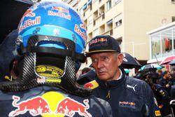 (Ki ke Ka):Daniel Ricciardo, Red Bull Racing bersama Dr Helmut Marko, Red Bull Motorsport Consultant