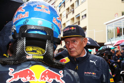 (L to R): Daniel Ricciardo, Red Bull Racing with Dr Helmut Marko, Red Bull Motorsport Consultant on the grid