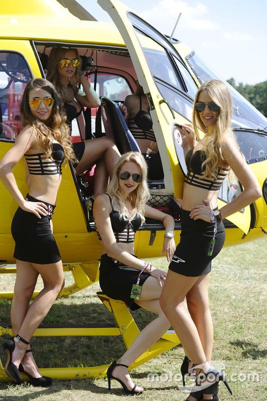 Grid girls in posa con un elicottero