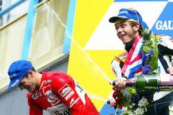 Подиум: победитель Валентино Росси, Honda Team, и Карлос Чека, Yamaha Team