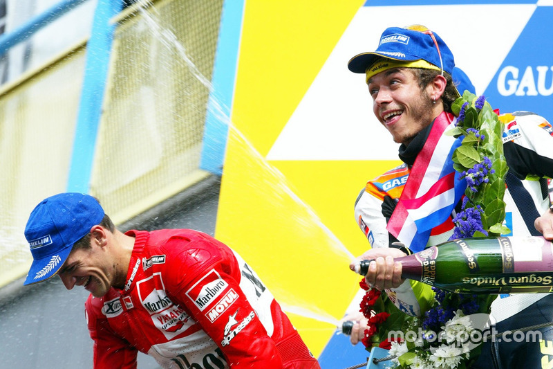 Podium: ganador, Valentino Rossi, Honda Team, tercero, Carlos Checa, Yamaha Team
