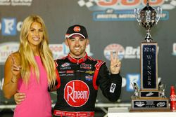 ganador, Austin Dillon, Richard Childress Racing Chevrolet con su prometida, Whitney Ward