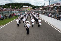 Starting grid, marching band, mayestic