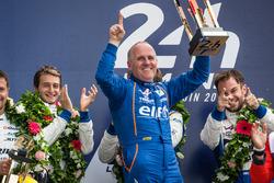Подиум LMP2: победители Густаво Менесес, Николя Ляпьер и Стефан Ришельми, #36 Signatech Alpine A460 с командой и владельцем команды Филиппом Сино