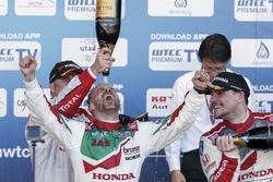 منصة التتويج: الفائز بالسباق تياغو مونتيرو، هوندا؛ المركز الثاني إيفان مولر، سيتروين؛ المركز الثالث