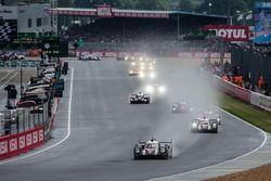 After 50 minutes, the actual start: #2 Porsche Team Porsche 919 Hybrid: Romain Dumas, Neel Jani, Mar