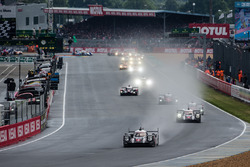 Après 50 minutes d'attente, le vrai départ : #2 Porsche Team Porsche 919 Hybrid: Romain Dumas, Neel Jani, Marc Lieb leads the field