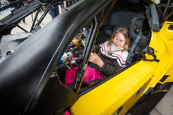 Un joven fan felis en el #63 Corvette Racing - GM Chevrolet Corvette C7R