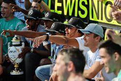 Ganador de la carrera Lewis Hamilton, Mercedes AMG F1 celebra con compañero de equipo Nico Rosberg,