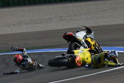 Mika Kallio, Marc VDS Racing Team y Maverick Viñales, Pons HP 40 chocan
