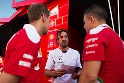 Fernando Alonso, McLaren con Sebastian Vettel, Ferrari y Diego Ioverno, Director de operaciones de F