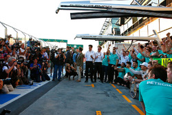 Le vainqueur Nico Rosberg, Mercedes AMG F1 fête sa victoire avec l'équipe