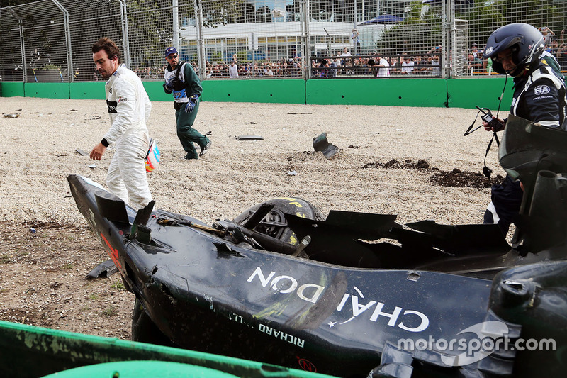 Fernando Alonso mira su McLaren MP4-31 después del accidente