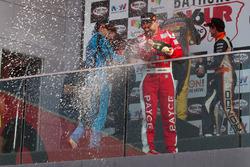 Podium: tercer lugar John Bowe celebra con champagne