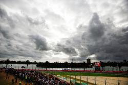Des nuages au-dessus du circuit