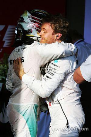Sieger Nico Rosberg, Mercedes AMG F1, im Parc Ferme mit Teamkollegen Lewis Hamilton, Mercedes AMG F1