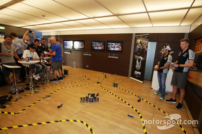 (Da sx a dx): Sergio Perez, Sahara Force India F1 e il compagno di squadra Nico Hulkenberg, Sahara Force India F1 prendono parte alla Hype Energy Challenge