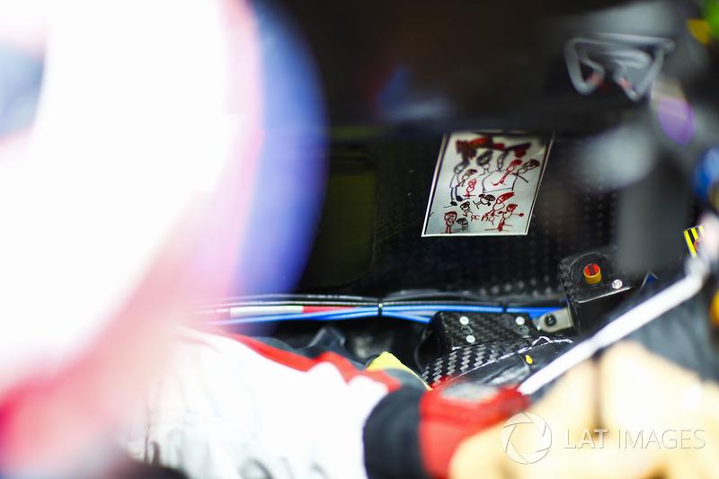 Un dibujo de niños en el interior de la cabina de Romain Grosjean, Haas F1 Team
