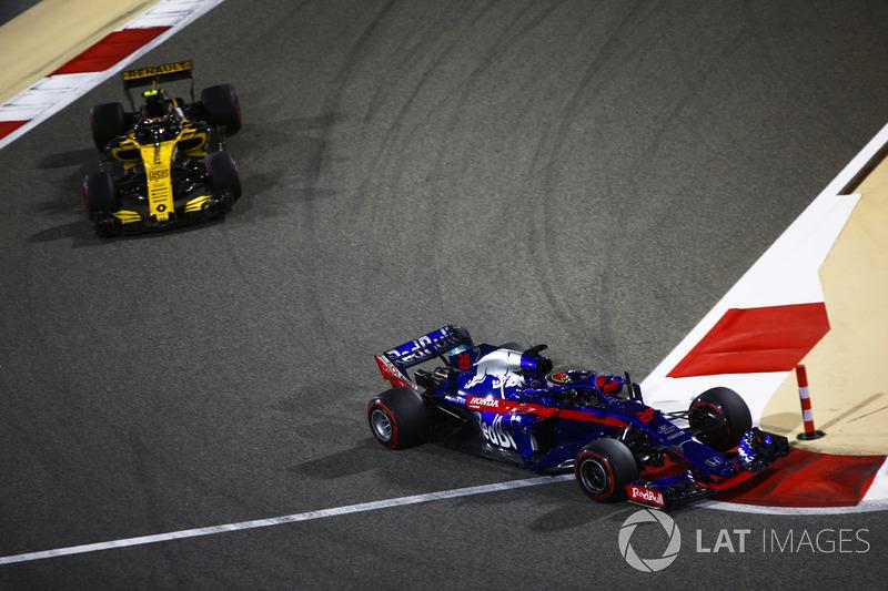 Brendon Hartley, Toro Rosso STR13 Honda, di depan Carlos Sainz Jr., Renault Sport F1 Team R.S. 18