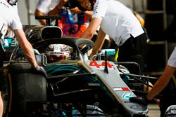 Lewis Hamilton, Mercedes AMG F1 W09, viene riportato nel garage dagli ingegneri Mercedes