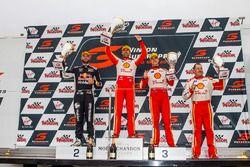 Podyum: Yarış galibi Fabian Coulthard, DJR Team Penske Ford, 2. Shane van Gisbergen, Triple Eight Race Engineering Holden, 3. Scott McLaughlin, DJR Team Penske Ford