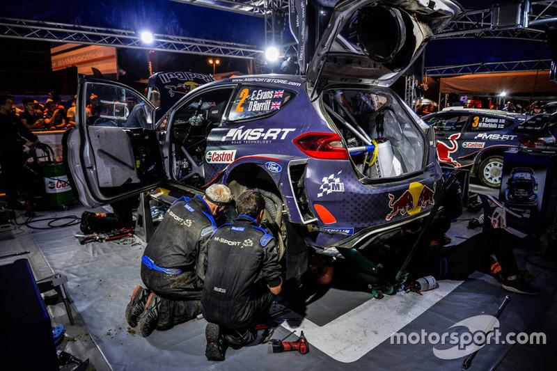Meccanici M-Sport a lavoro