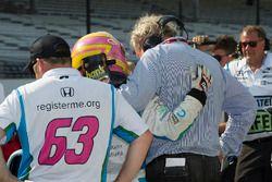 Dale Coyne conforta Pippa Mann, Dale Coyne Racing Honda, dopo il mancato accesso