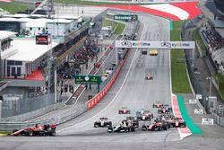 Callum Ilott, ART Grand Prix, guida il gruppo in curva 1 alla partenza della gara