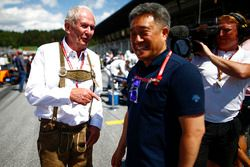Helmut Markko, Consultant, Red Bull Racing, et Masashi Yamamoto, manager, Honda Motorsport, sur la grille